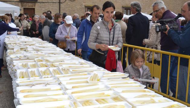 Momento del reparto de los 500 kilos de espárrago en fresco en la plaza de Los Fueros
