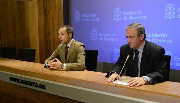 Juan Luis Sánchez de Muniáin y el miembro de la Comisión de Archivos del Consejo Navarro de Cultura Luis Javier Fortún.