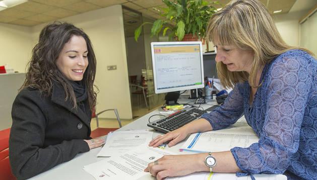 Esperanza Leoz Sanz, orientadora del SNE en la oficina de Arcadio Larraona, ayuda a elaborar el perfil profesional a Saioa Alduante Martínez de Morentin, pamplonesa de 24 años, licenciada en Farmacia y diplomada en Nutrición