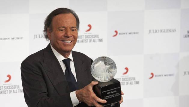 Julio Iglesias recibe el premio de Sony Music como el artista latino más exitoso