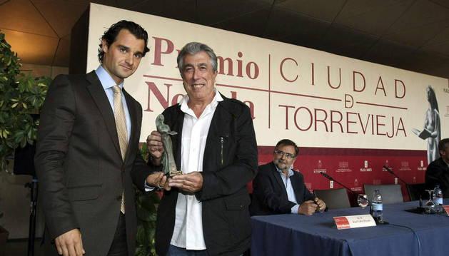 2º desde la izqda.: Jordi Sierra i Fabra, durante la entrega del X premio Ciudad de Torrevieja en 2011