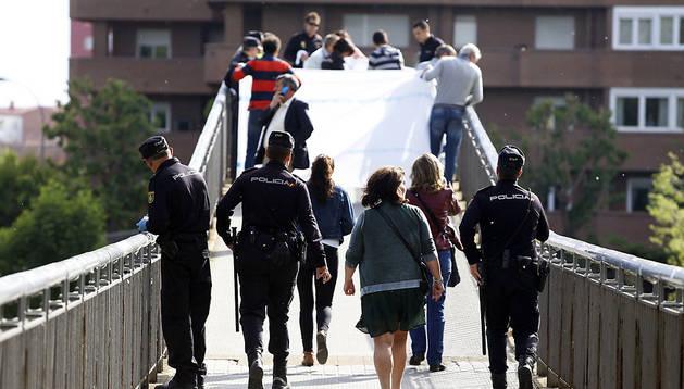Varios policías acuden al lugar donde se cubre el cuerpo sin vida de Isabel Carrasco