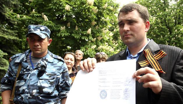 El presidente de la comisión electoral de Lugansk muestra los resultados