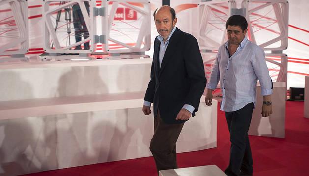 El líder del PSOE, Alfredo Pérez Rubalcaba, acompañado por el presidente de la Diputación de Jaén, Francisco Reyes, en Jaén