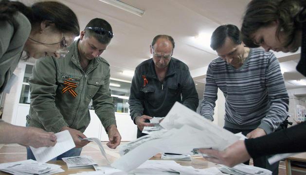 Miembros de la comisión electoral cuentan votos en Lugansk.