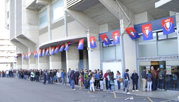 Larga cola en el Sadar para las entradas contra el Betis