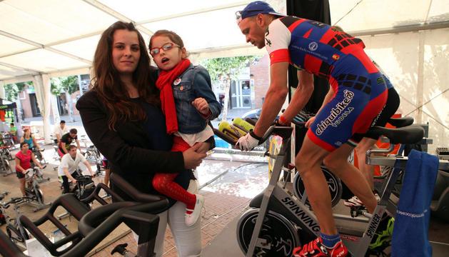 Tito Espada, a la derecha, pedalea junto a la niña Alexia y su madre Leticia Martínez