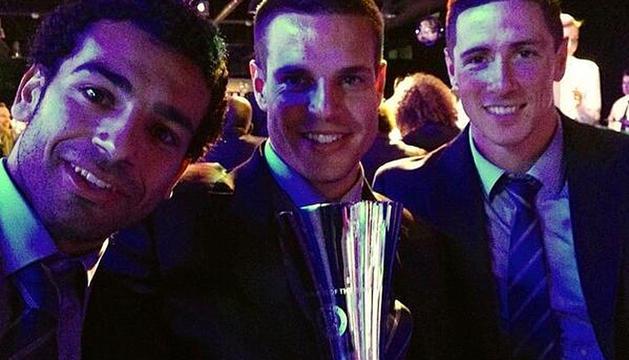 Azpilicueta, con Torres y su trofeo.