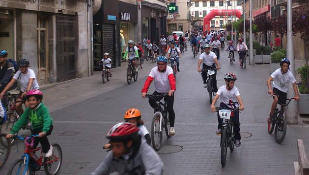 Instante de la salida del grupo de ciclistas participantes en el Día de la Bici de Tudela