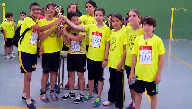 Integrantes del equipo Cortes A, campeón de la categoría alevín del V Torneo Jugando al Atletismo