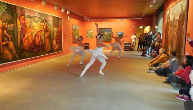 Un momento de la representación ante la obra de Maeztu