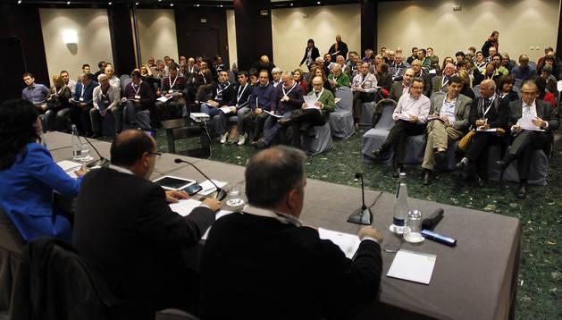 Representantes de los municipios navarros en una reunión de la FNMC