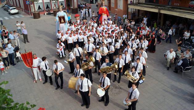 Los componentes de la Banda Municipal de Música de Fustiñana con el resto de colectivos locales que participaron en el acto