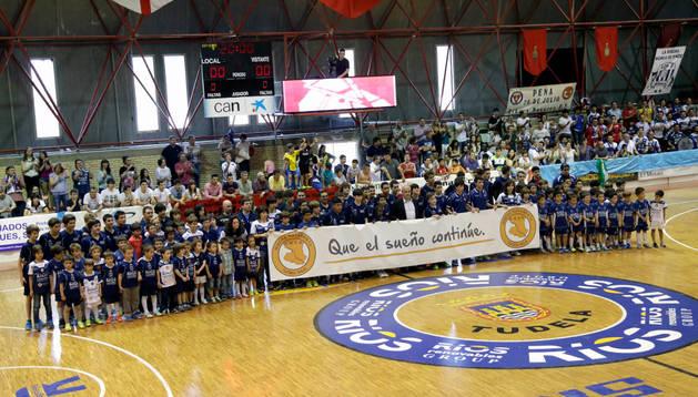 Integrantes de todas las categorías de la base y escuela del Ribera Navarra Fútbol Sala recibieron a los jugadores en la pista con una pancarta que rezaba: 'Que el sueño continúe'