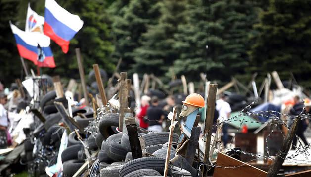 Vista de una barricada montada delante de la Administración regional en Donetsk (Ucrania)