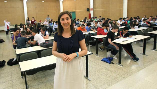 María Sáenz Pérez-Aradros, en el centro de la imagen, instantes antes de comenzar su intervención en el IES Benjamín de Tudela