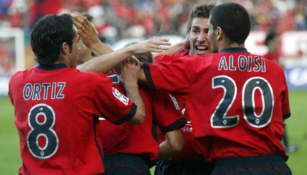 Aloisi y Ortiz abrazan a Cuéllar en la victoria ante el Betis por 3-2 de la 2004-2005