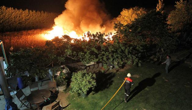VIERNES, 9 DE MAYO. El segundo incendio se produjo junto a la balsa de Cardete, en la carretera que une Tudela con Murchante