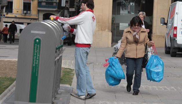 Vecinos de Pamplona y Comarca tiran la basura