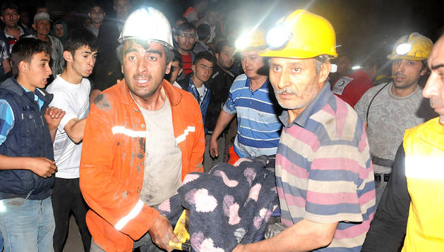 Mineros asisten a compañeros heridos en la explotación de Manisa