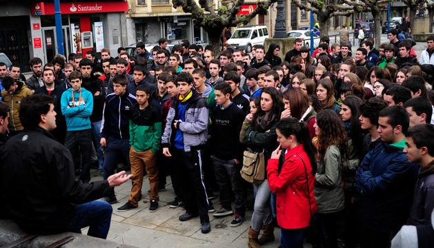 Asamblea de los jóvenes en abril a pie de calle en protesta por la propuesta municipal de garitos