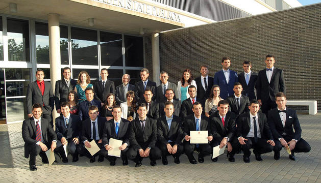 Los alumnos de Ingeniería en Diseño Mecánico graduados, con las autoridades asistentes, ante las puertas de la UPNA de Tudela