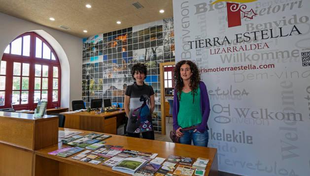 Marian Ganuza Lozano y Garbiñe García San Martín en el nuevo centro de atención al turista, que ambas atenderán junto a otra compañera
