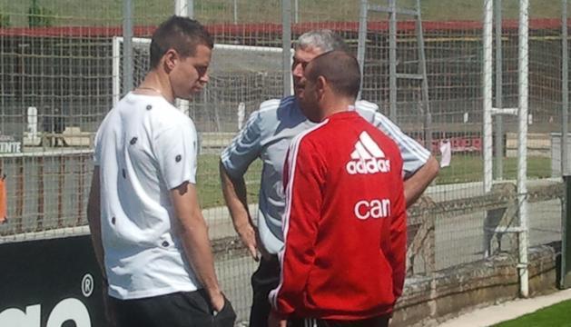 Azpilicueta saluda a Vicuña, entrenador de porteros, y Alfredo