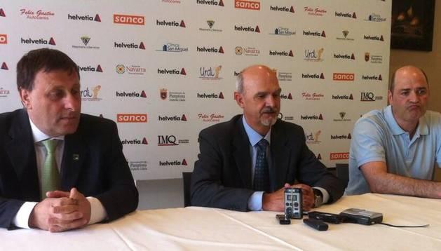 Javier Labairu, Iñaki Azcona y Aitor Etxaburu, en la rueda de prensa