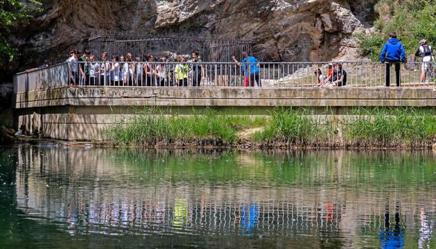 Escolares junto al Ega en la zona del Agua Salada de Estella donde aparecieron cangrejos muertos en marzo