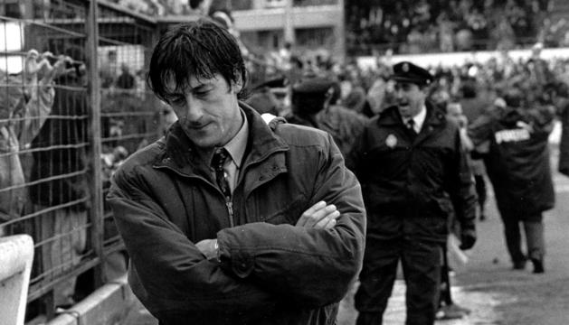 Enrique Martín Monreal se lamenta durante el Logroñés-Osasuna (3-2) de 1994