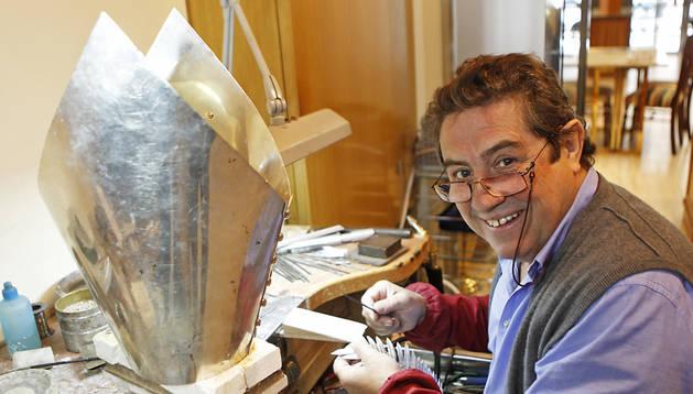 Javier Pelegrín en su taller de orfebrería con la mitra que está elaborando para San Fermín