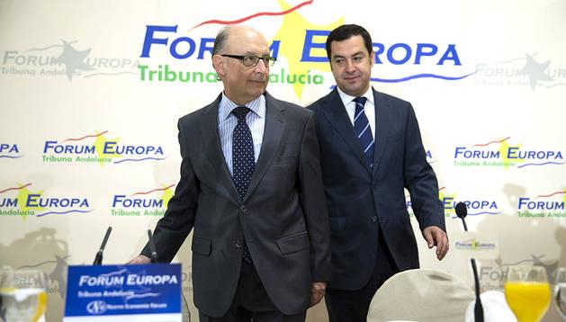 Cristóbal Montoro, junto al presidente del PP-A, Juanma Moreno, momentos antes de su participación hoy en el