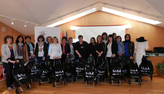 Comerciantes de Tafalla, representantes municipales y miembros de la escuela taller de empleo posaron ayer en foto de familia