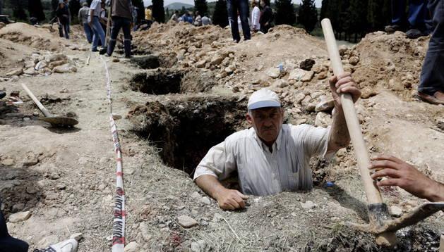 Varios operarios preparan las tumbas para los mineros muertos en la explosión de una mina cerca de Soma, en la provincia de Manisa (Turquía). EFE