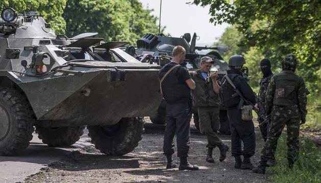 Soldados ucranianos montan un puesto de control montado cerca de Slaviansk (Ucrania). EFE