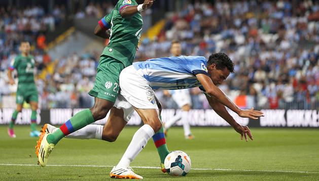 El centrocampista senegalés del Levante Papakouly Diop empuja al defensa brasileño del Málaga Weligton Robson durante el encuentro