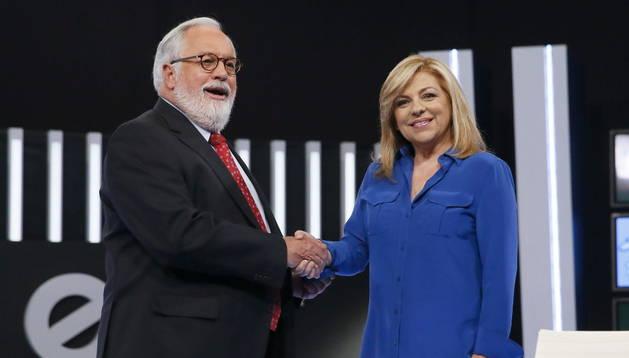 El cabeza de lista del PP a las elecciones europeas, Miguel Arias Cañete, saluda a la candidata socialista a las elecciones europeas, Elena Valenciano, antes del debate
