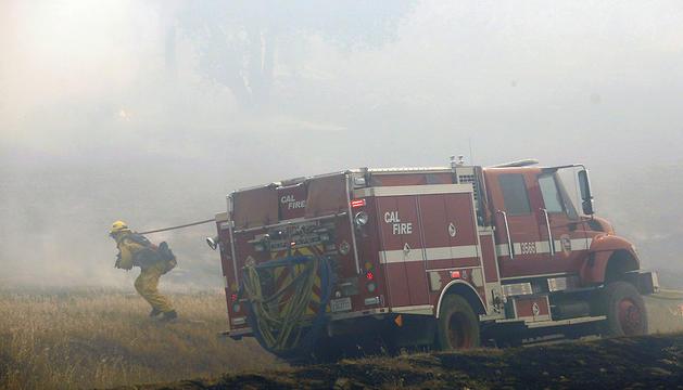 Un bombero combate las llamas en la localidad de San Marcos, una de las más afectadas por los incendios