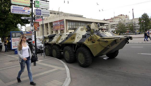 Un vehículo blindado en la capital de Crimea, Simferópol