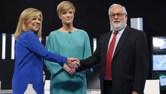 ELena Valenciano (izda.), Miguel Arias Cañete (dcha.) y la presentadora de TVE María Casado (centro) en el debate