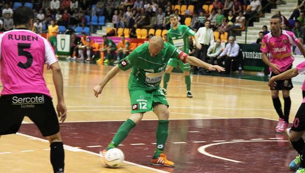Javi Eseverri golpea la pelota en el primer partido ante Marfil