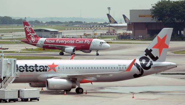 Dos aviones de aerolíneas 'low cost'. AFP