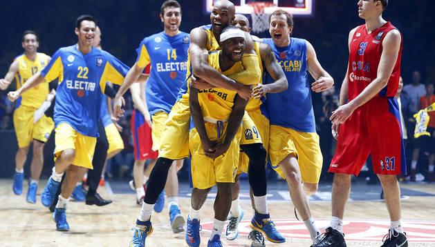 Los jugadores del Maccabi Electra de Tel Aviv felicitan al base estadounidense Tyrese Rice