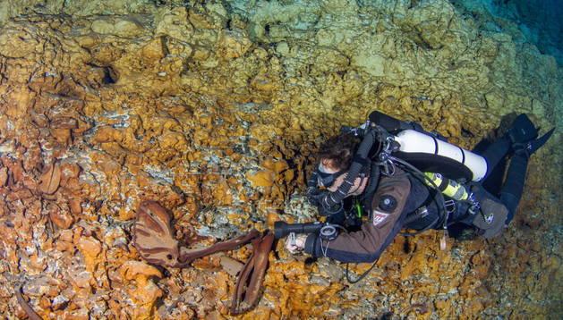 Un buzo en el sitio donde descubrieron los restos humanos más antiguos de América
