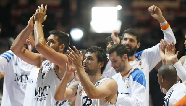Los jugadores blancos celebran con su afición la victoria en la semifinal