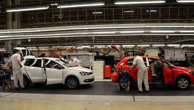 Línea de montaje del Polo en Landaben con dos de los nuevos modelos A05 GP