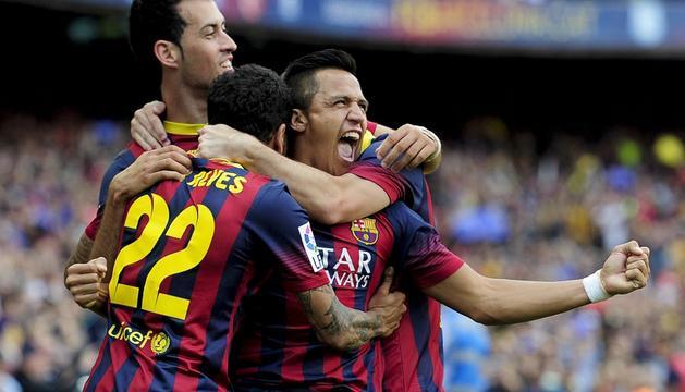 Alves, Busquets y Alexis celebran el gol