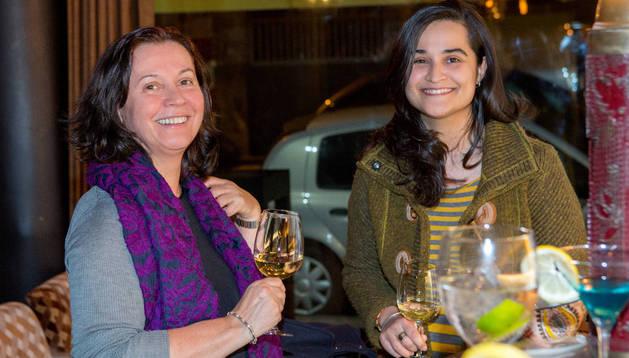 Montserrat González (izquierda), en un bar de León en marzo de este año, junto a su hija, Montserrat Triana