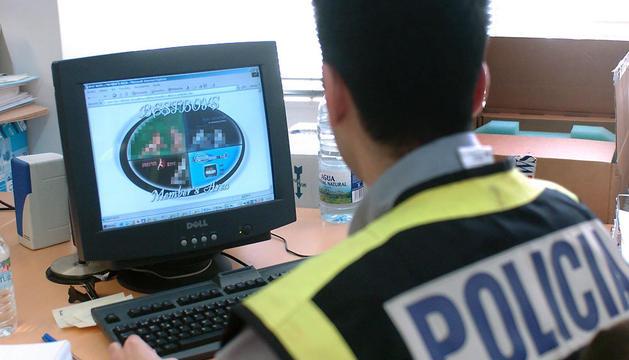 Un agente inspecciona una web dedicada a la distribución de pornografía infantil